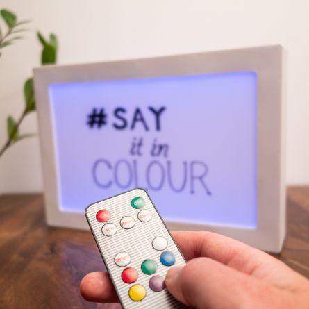 Pannello luminoso con messaggi e luce colorata